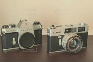 2つのフィルムカメラの写真・画像素材[4771369]