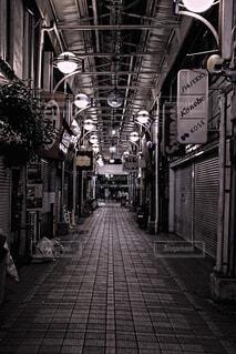 夜の商店街の写真・画像素材[4808569]