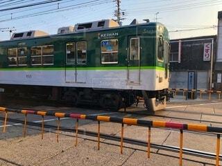 踏切を走る京阪電車の写真・画像素材[4023582]