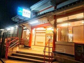 早朝の稲荷駅 ここから伏見稲荷大社に行けますの写真・画像素材[4023601]