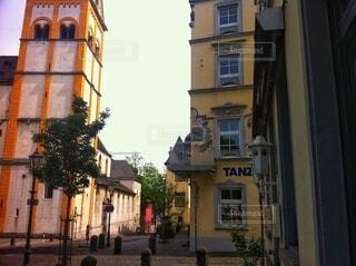ドイツの2つのビルとストリートの写真・画像素材[4054810]