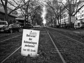 ドイツのドラムのレールと街路樹と看板の写真・画像素材[4059831]