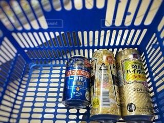 コンビニでビールと焼酎を買って帰ろうの写真・画像素材[4070267]