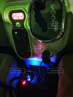 夜の車の中のシフトレバーとエアコン操作パネルの写真・画像素材[4076633]