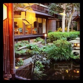 日本旅館の部屋から眺められる中にはの写真・画像素材[4086786]