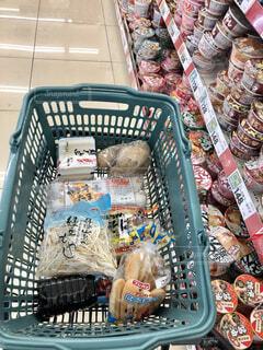 スーパーで買い物中の写真・画像素材[4195215]