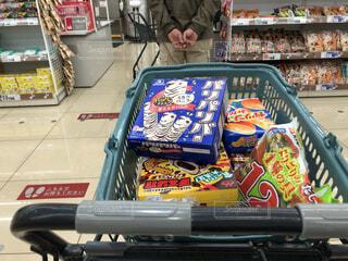 スーパーでアイスクリームを買ってレジに並ぶの写真・画像素材[4460631]