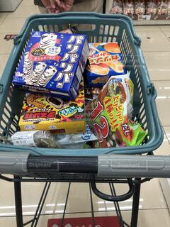 スーパーでアイスを買っての写真・画像素材[4460629]