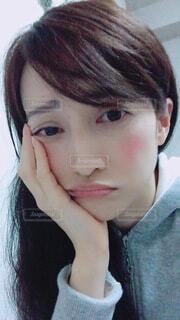 不安顔の女性の写真・画像素材[4075905]