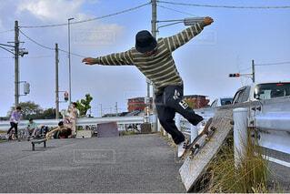 スケートボードでいたずらをしている男の写真・画像素材[4028780]