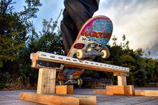 スケートボードでトリックをしている空中に飛び込む男の写真・画像素材[4032265]