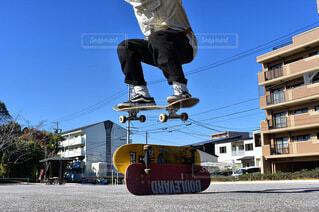 スケートボードで空中に飛び込む男の写真・画像素材[4032266]