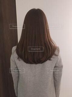 女性の後ろ姿の写真・画像素材[4057363]