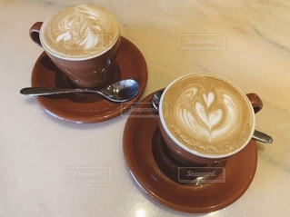 カフェで飲むカフェラテの写真・画像素材[4057497]