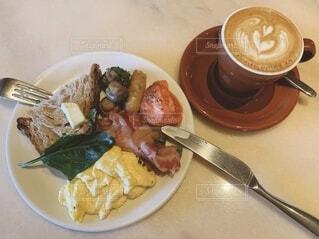 朝食はスクランブルエッグとソーセージとコーヒーの写真・画像素材[4057500]