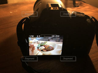 カメラに映るロコモコ丼の写真・画像素材[4056745]
