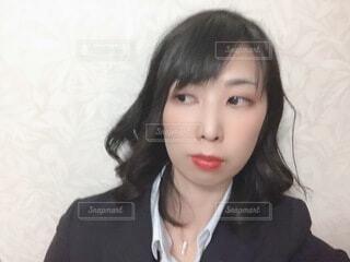 スーツを着で横目を見る女性の写真・画像素材[4058516]