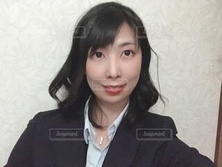 スーツを着て笑顔でこちらを向く女性の写真・画像素材[4058522]