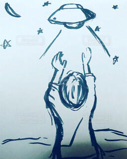 UFOに手を伸ばす少年の写真・画像素材[4071679]