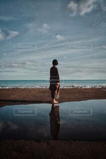 浜辺に立っている人の写真・画像素材[4025446]