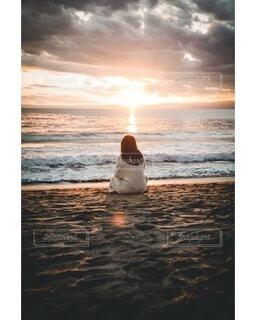 夕日の浜辺の写真・画像素材[4025473]