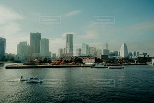 背景に都市がある水域の小さなボートの写真・画像素材[4037187]