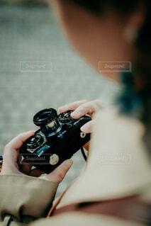 カメラを持つ手の写真・画像素材[4044993]
