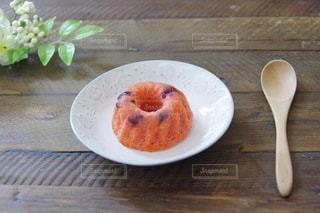 木製のテーブルの上に食べ物の皿の写真・画像素材[3130652]