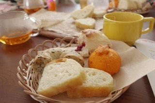 食べ物の皿とコーヒーのカップのクローズアップの写真・画像素材[3133530]