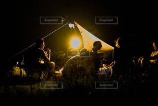 暗い部屋の人々のグループの写真・画像素材[4048761]