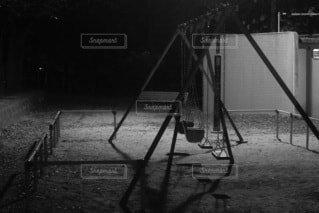 暗い部屋の三脚の写真・画像素材[4049810]