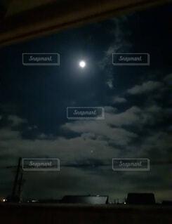 夜空に満月の写真・画像素材[4035699]