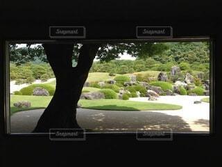 窓を額縁にして眺める庭園の写真・画像素材[4026784]