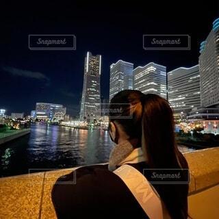 夜景を眺める女性の写真・画像素材[4028775]