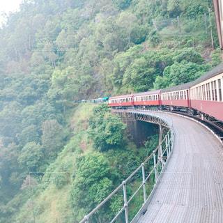 川に橋を渡る列車の写真・画像素材[1071177]
