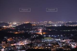 背景に都市がある大きな水域の写真・画像素材[4049361]