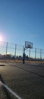 バスケットゴールと日差しそして青空の写真・画像素材[4032565]