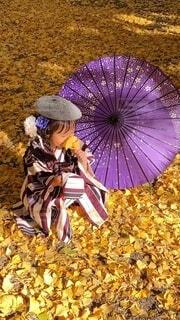 カラフルな傘を持っている人の写真・画像素材[4036345]