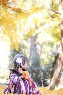 銀杏の木の下で、楽しむ娘の写真・画像素材[4036435]