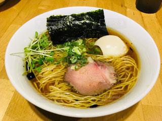 皿の上の食べ物のボウルの写真・画像素材[2344851]