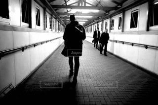 地下鉄のプラットホームに立っている男の写真・画像素材[4036703]