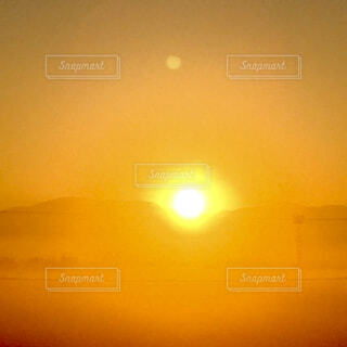 日の出の瞬間の写真・画像素材[4271474]
