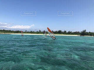 水の体にサーフボードに乗っている人の写真・画像素材[4049456]