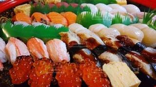 家族でお祝いの寿司パーティーの写真・画像素材[4044889]