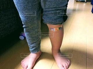 青い靴を履いた足のクローズアップの写真・画像素材[4059681]