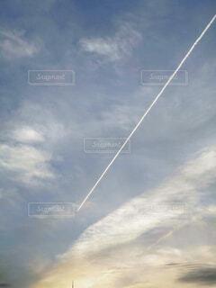 空を飛んでいる男の写真・画像素材[4373001]
