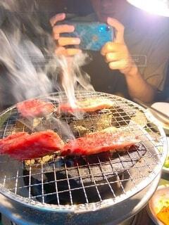 高校時代の同期と美味しい焼肉の写真・画像素材[4057825]