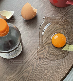 卵かけご飯の準備中の悲劇の写真・画像素材[4048070]