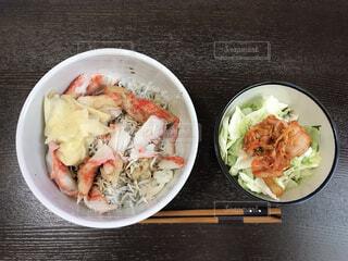 しらすカニカマ丼の写真・画像素材[4623289]