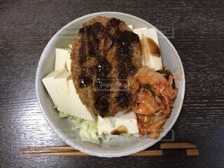 コロッケ豆腐キムチサラダの写真・画像素材[4679056]